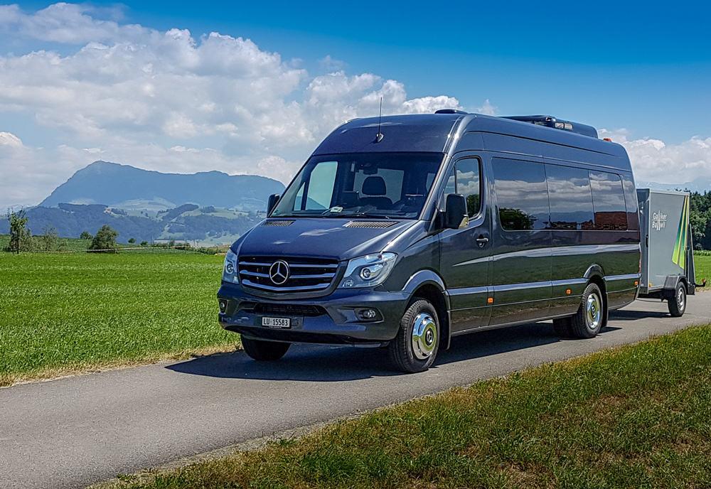 Mercedes Sprinter 16-19-Plaetzer Kleinbus, Mit Anhänger Vor Der Rigi - Galliker Ballwil AG - CarReisen