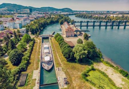 Schleusenfahrt mit dem neuen Rhystärn der Basler Personenschifffahrt