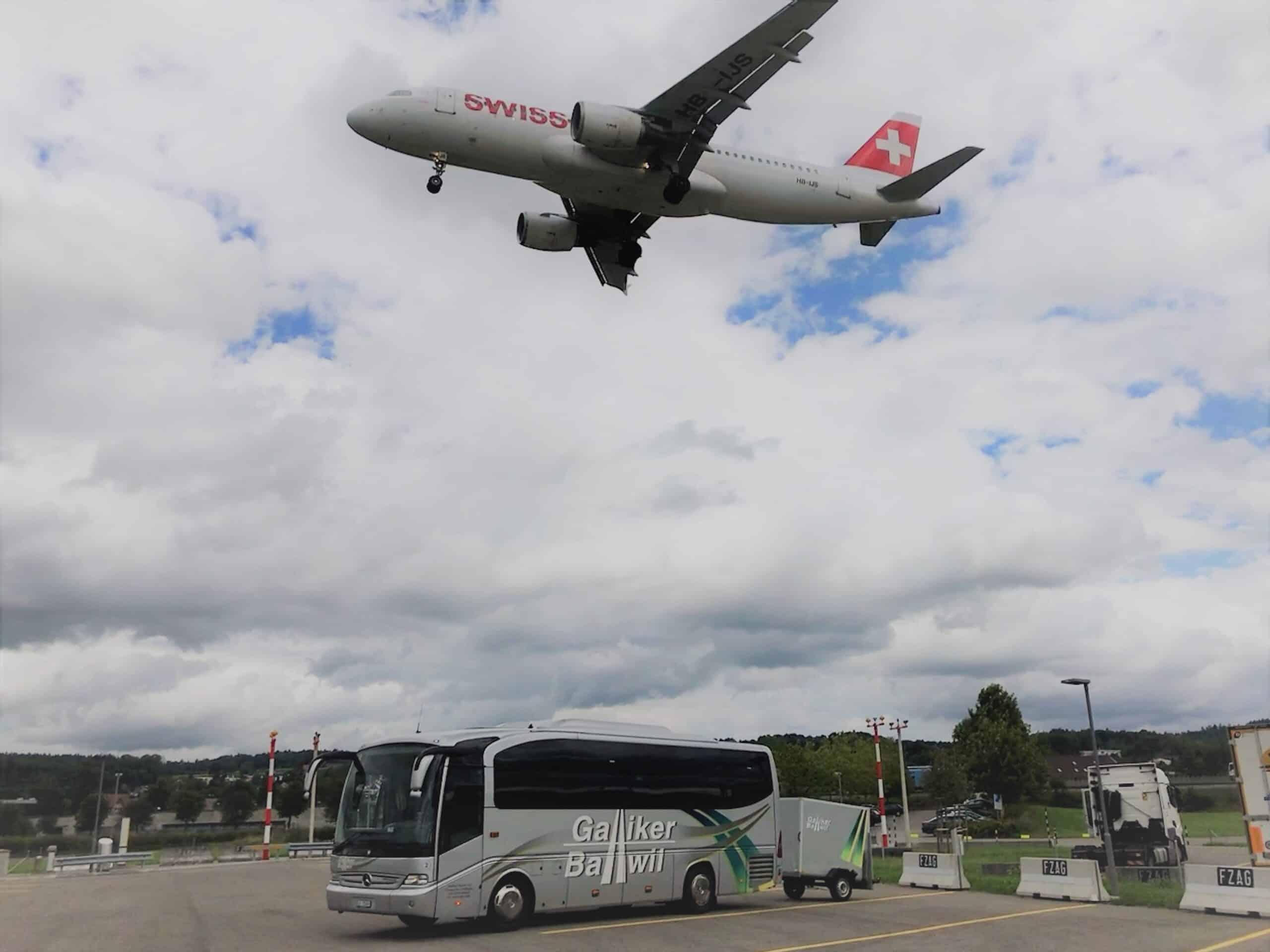 Schnappschuss 31-Plätzer Reisecar mit Anhänger am Flughafen Zürich - Galliker Ballwil AG - CarReisen